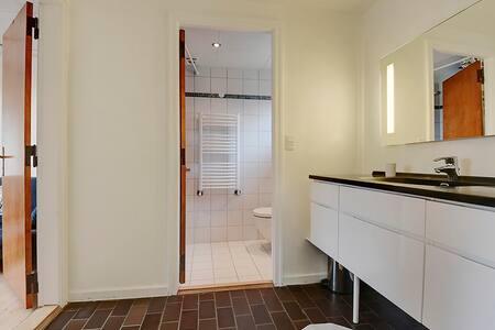 Small, cozy room with private bath. - Fredericia