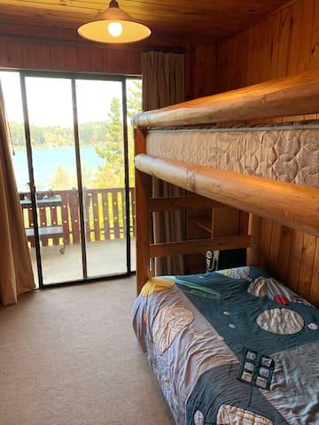 Dormitorio 3 con vista al lago y camarote (litera)