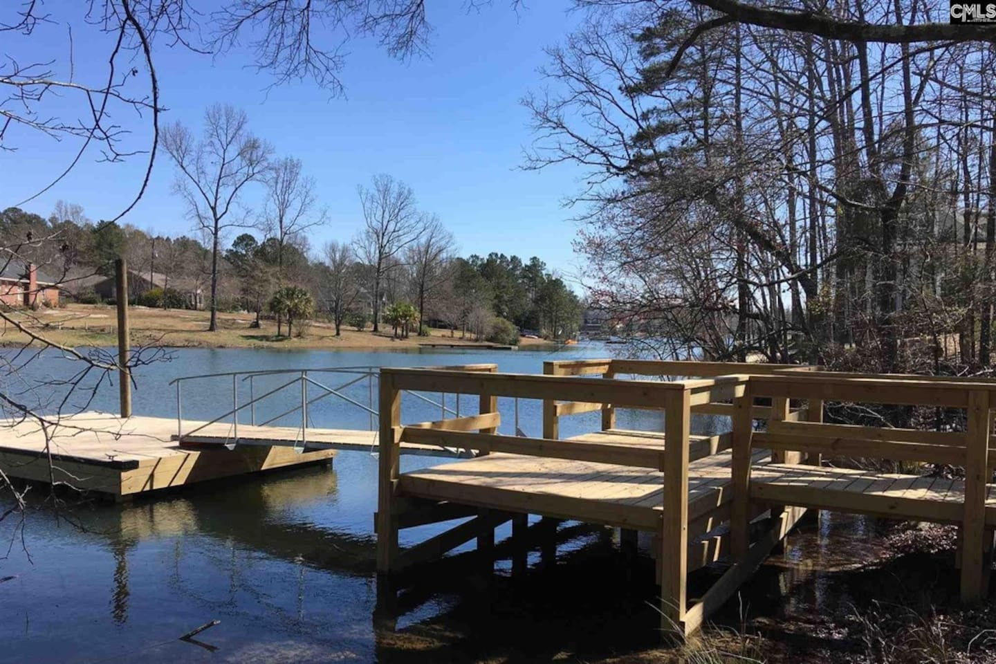 2-3 minute walk to Lake Murray.  This is the neighborhood dock. Docking your boat is permissible while you stay with us. Fishing, Kayaking and skiing is common on Lake Murray.