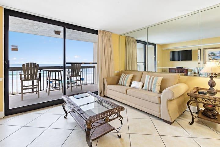 4th Floor Charming Condo, Splash pad & multiple pools on-site