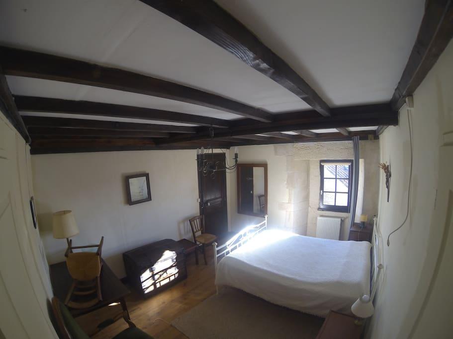 chambre 2 avec lit double et SDB vue sur la batisse