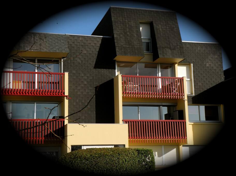 La façade de notre duplex coté cuisine l'entrée de l'escalier