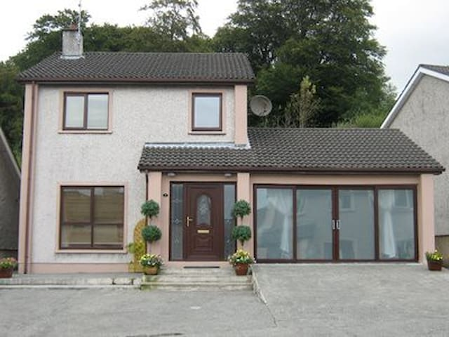 Superb 4 bedroom Home in the Heart of Letterkenny - Letterkenny - Huis