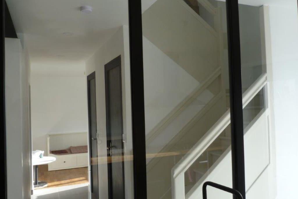 Escalier et couloir vus de la verrière de la cuisine
