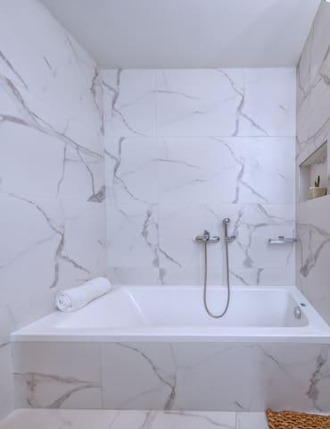 Bathtub at the main bathroom