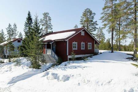 Lantlig stuga med braskamin och bastu i Branäs.