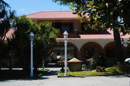 Hacienda con piscina, cerca de playa y campo Golf