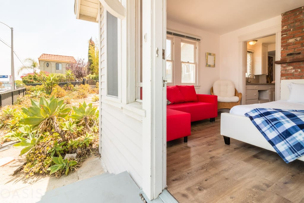 A cozy and 100% private Venice cottage. Enjoy the beach breeze!