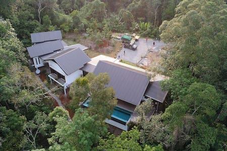 Boyan Heights Rainforest Homestay Deluxe Room 3