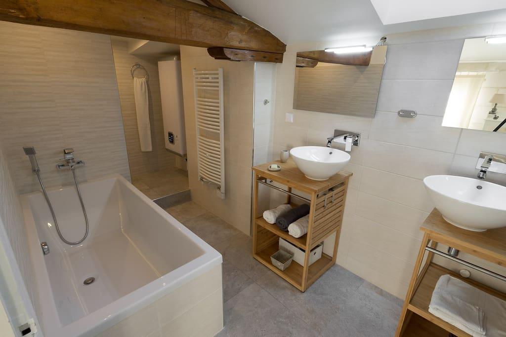 Salle de bain et toilettes séparées