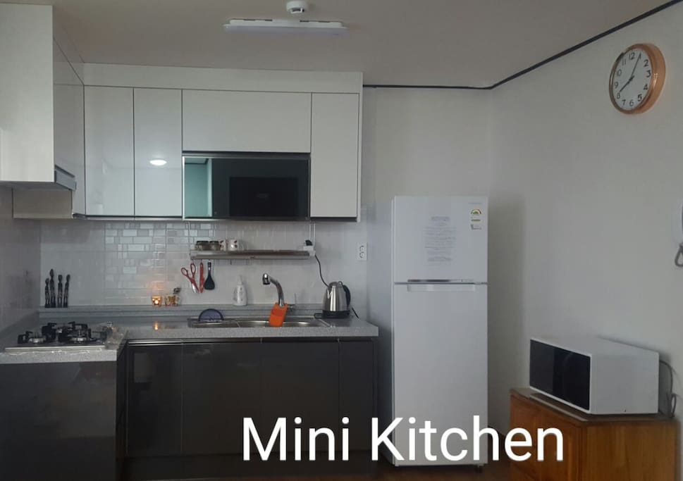 No Gas connect to cooker in this Kitchen, if you need to use it, please talk to host and use it on the 2nd Floor
