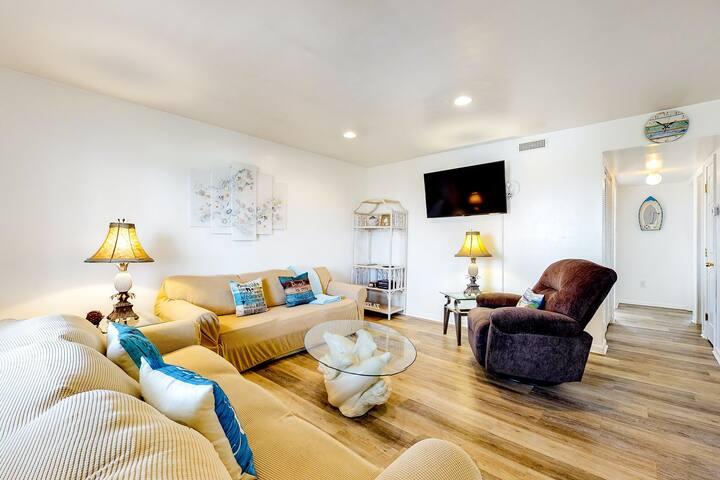 Bayside getaway w/free WiFi, central AC/Netflix streaming/full kitchen/balcony!