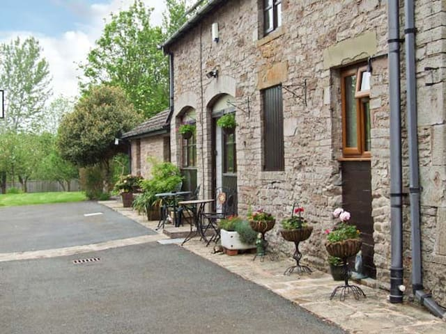 STARGAZER'S LOFT, character holiday cottage in Hay-On-Wye, Ref 6926