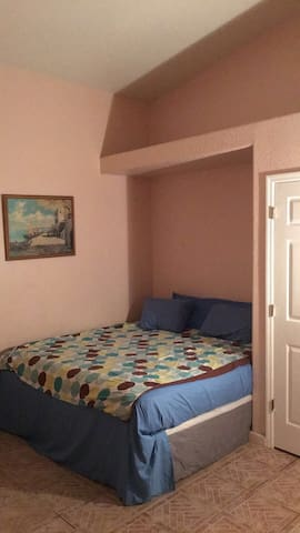 King bed, WASHER/DRYER Great central location - Pinellas Park - Casa