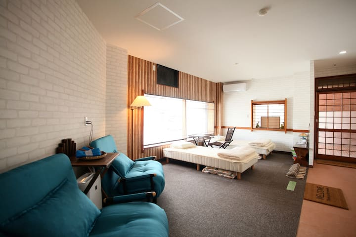 10minutes to Airport! Large room up to 16 people!