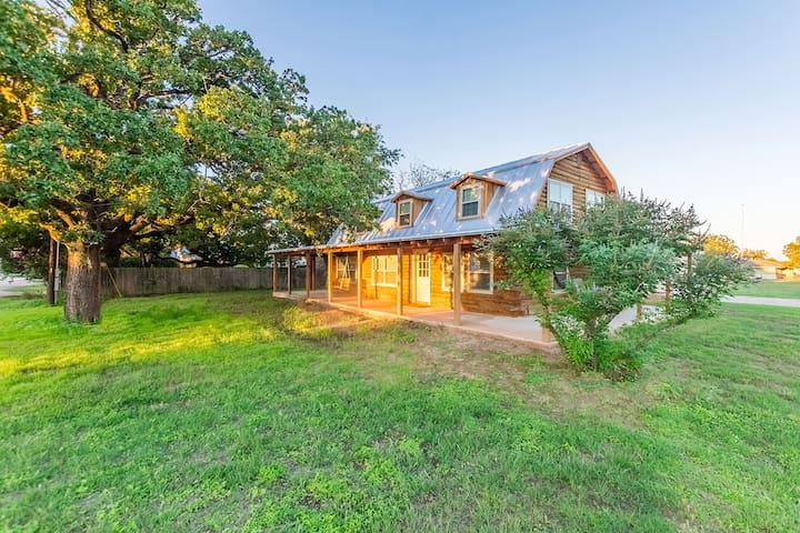 Lazy K Kabin 5 beds-3 bath Located in Stonewall,Tx