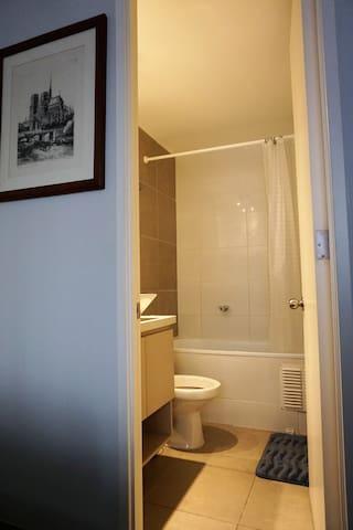 Habitación con baño privado, TV Netflix e internet