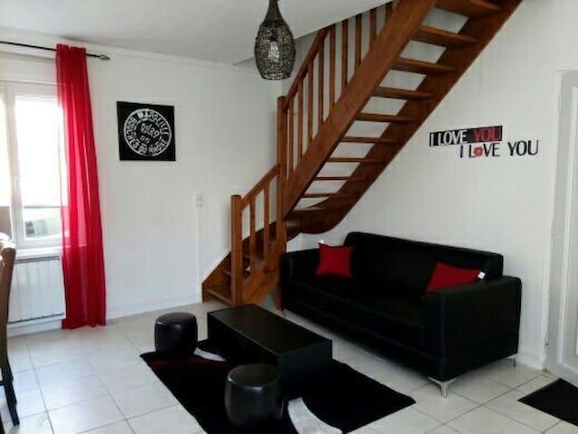 Chambre dans maison de ville F3 - Traînel - House