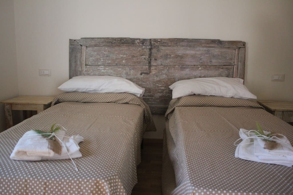 "Bedroom ""La Porta"": Double room with 2 single beds aviable and ancient door. Camera ""La Porta""."