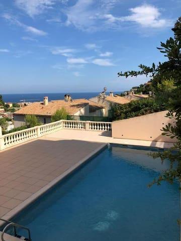 Roquebrune beau studio terrasse vue mer piscine
