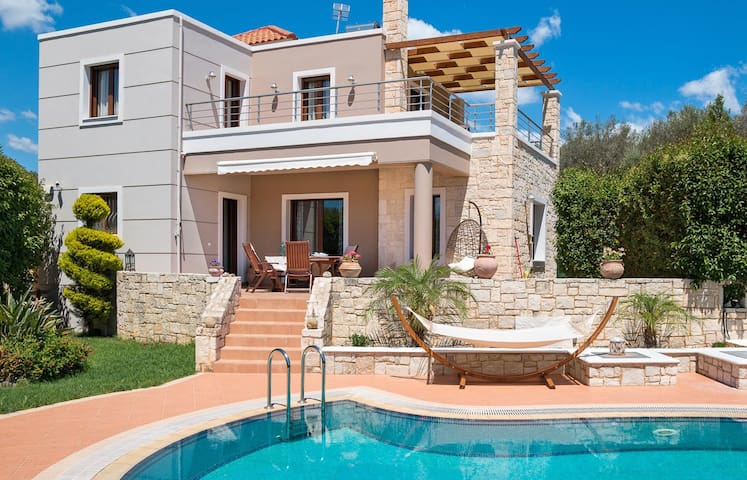 Villa Yianna, 2 BD, private pool, 500m from beach