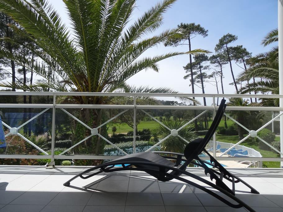 Vue de la terrasse sur le golf et la piscine