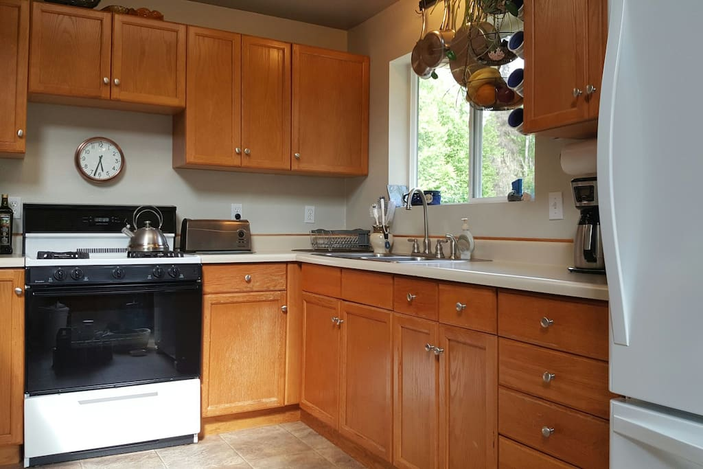 The kitchen includes a full refrigerator and oven/range, microwave oven, coffee maker, toaster, and blender
