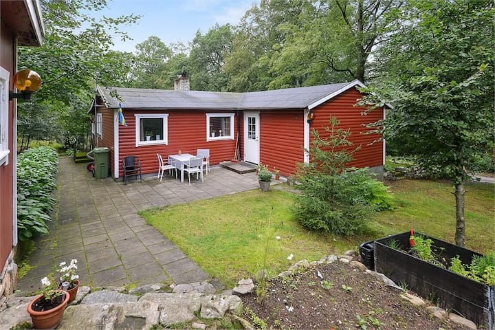 Cosy Swedish cottage in the forest w. pool access!