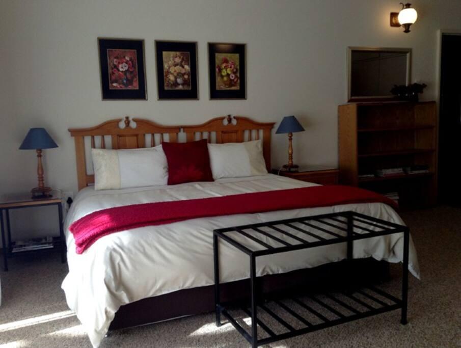 Bedroom - Queensize bed