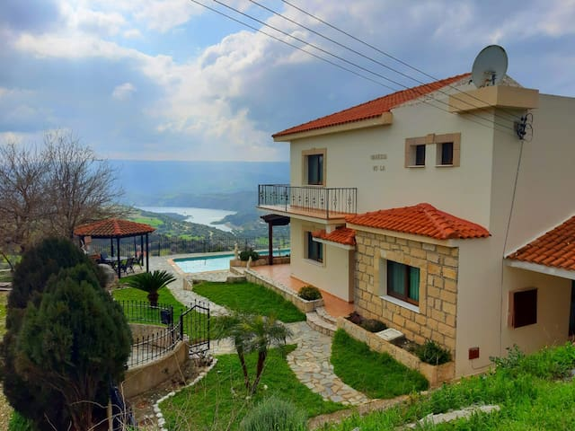 Villa with magnificent view, 10 min. to the beach