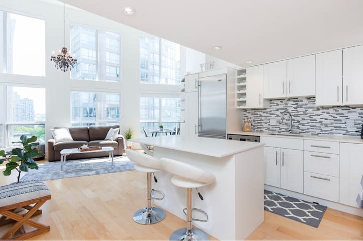 SPARKLING CLEAN&Bright Downtown Loft with Parking!