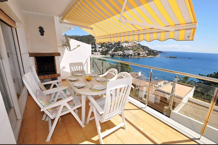 Very well located, near the beach of the cove of CANYELLES PETITES, with fantastic sea view.
