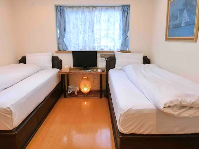 【twinroom】Middle of the city =1min to Onsen