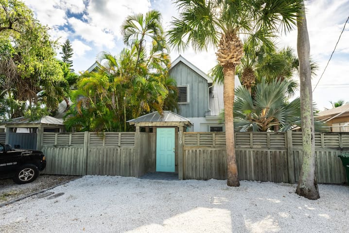 Charming dog-friendly home surrounded by palm trees! Close to attractions!