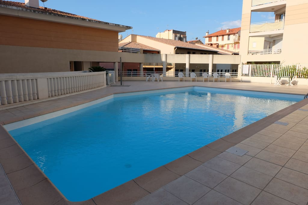 4pers piscine 8mn pied ds plages golfe juan cannes for Location garage vallauris