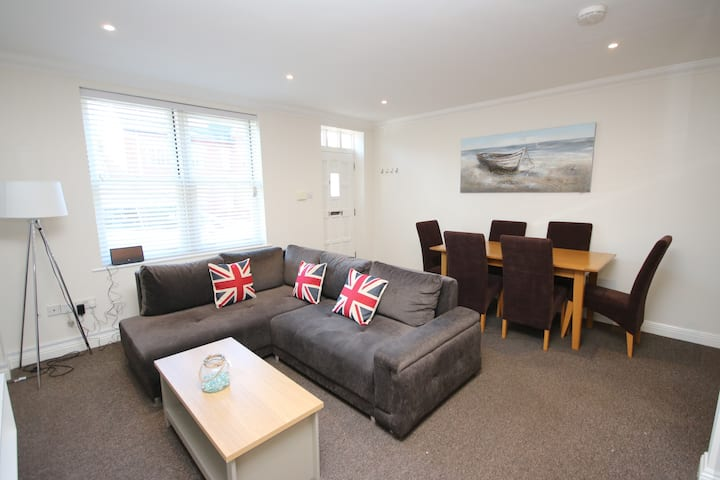 Luxury 3 bed town centre house | Sleeps 8