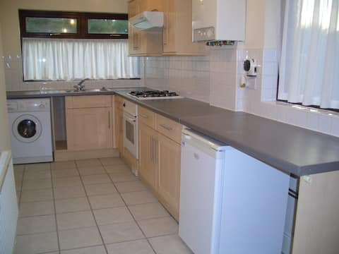 Comfortable 4 bed house 3 miles from M/cr centre