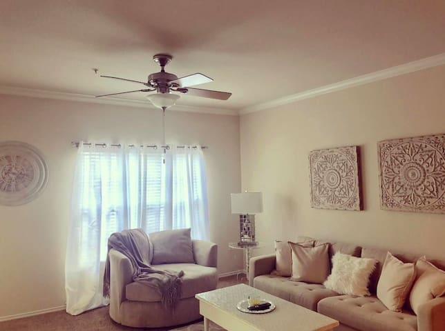 Entire 1BD 1 Bath Apartment Both ACL Weekends.