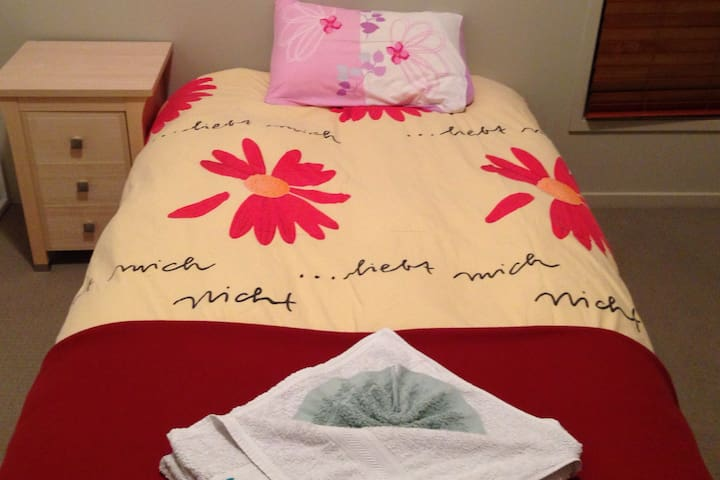 SINGLE BED BUDGET ROOM