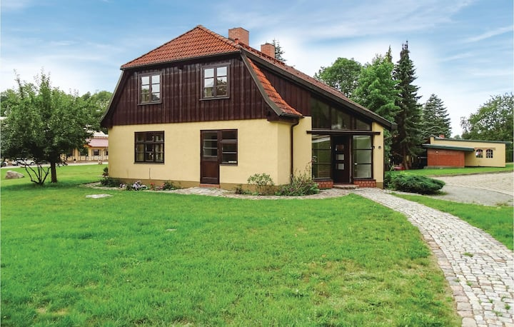 Stunning home in Kuhlen Wendorf with Sauna, WiFi and 5 Bedrooms