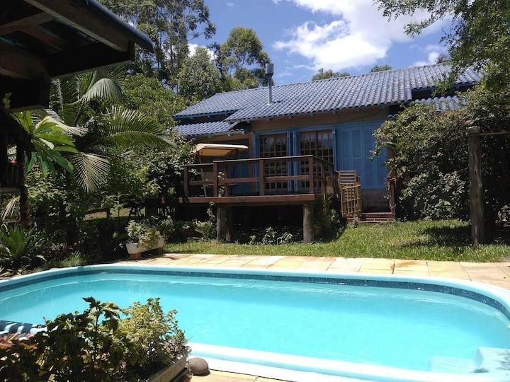 Casa de campo e piscina privativa em condomínio
