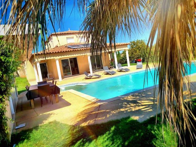 *Charmante Villa spacieuse avec piscine, plages*