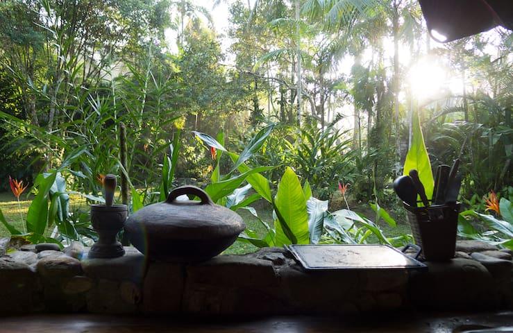 Casa ensolarada na natureza - São Sebastião