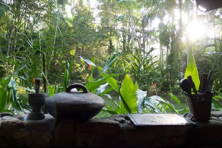 Casa ensolarada na natureza - São Sebastião - Huis