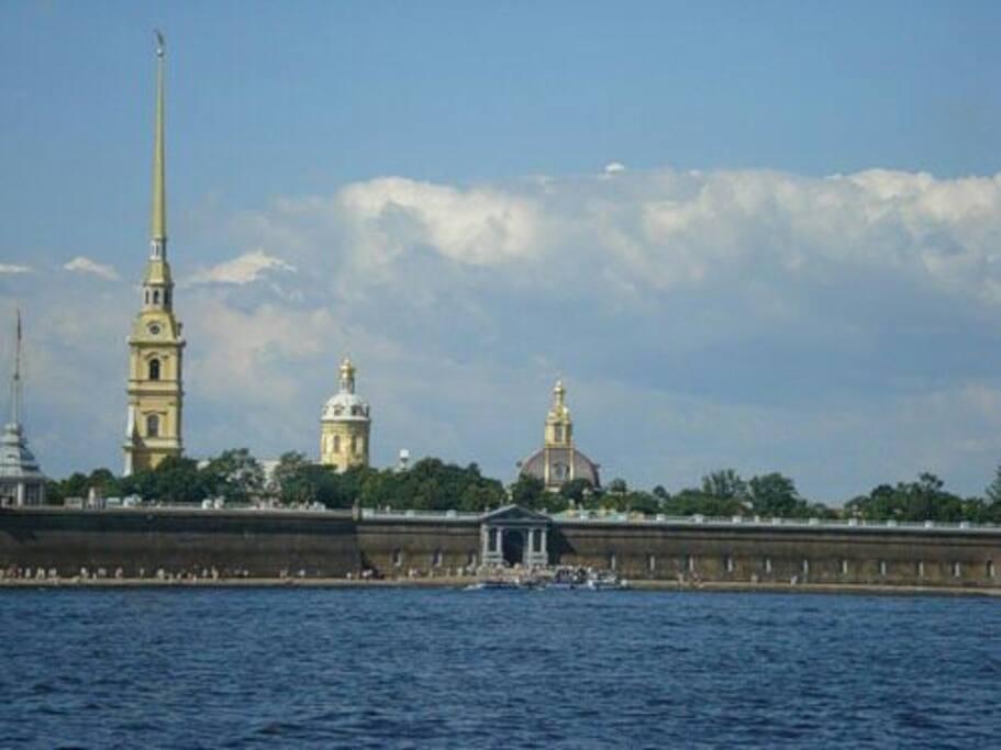 самое первое строение Петербурга находится в получасе езды от дома.