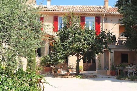 Chambre Angevine, Chambre d'hôte L'Oréliane - Châteauneuf-de-Gadagne - Aamiaismajoitus