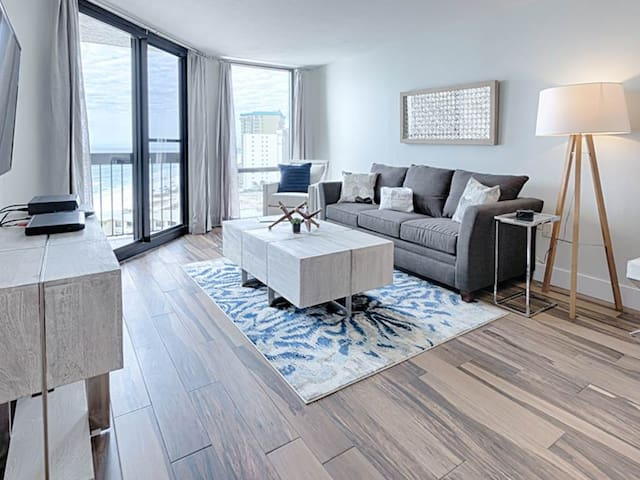 Spacious Unit, On-site pools with hot tub and splash pad, Beach-front