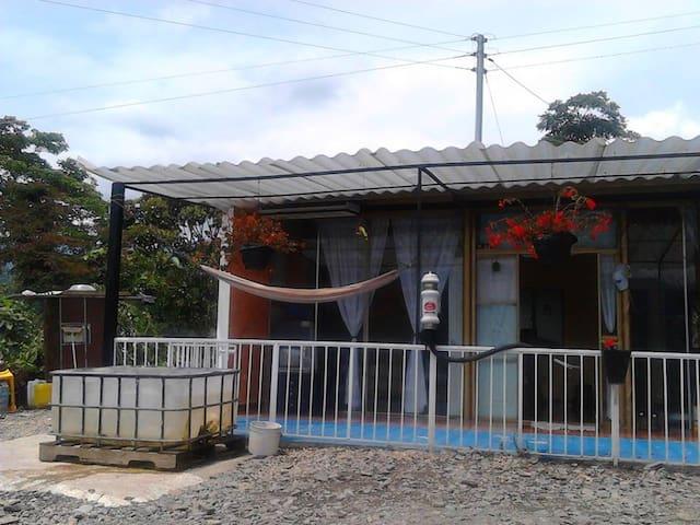 hermosa casa campestre con exelente vista - Silvania - กระท่อม