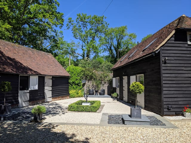 The Hay Loft - luxury converted barn nr Haslemere
