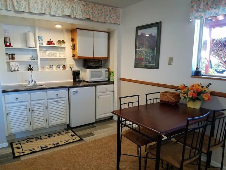 Cozy Private Suite - View of Pikes Peak!